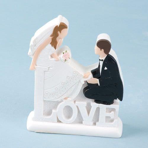 White Resin 2D Love Bride & Groom Sitting